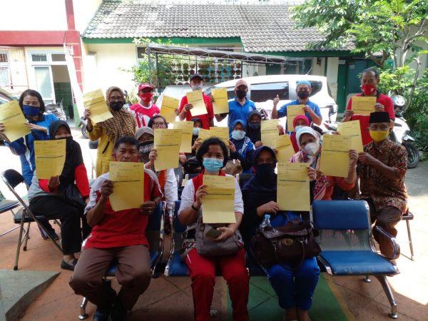 Guru dan karyawan SMP Negeri 1 Bawen melaksanakan Vaksin Tahap 1 Gelombang 1